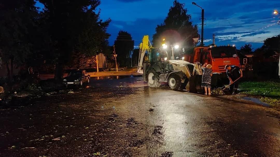 Коммунальные службы Петровска ликвидируют последствия ураганного ветра