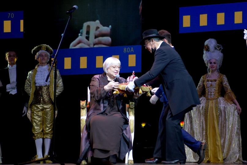 Актер Михаил Боярский вручает «Императорскую корону» Президенту фестиваля Светлане Крючковой