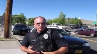 Американский коп и гражданин с автоматом на улице