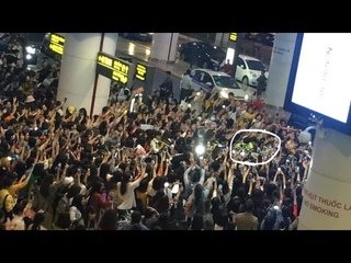 EXO Sehun and Chanyeol mobbed by Vietnam EXOLs at Hanoi Airport
