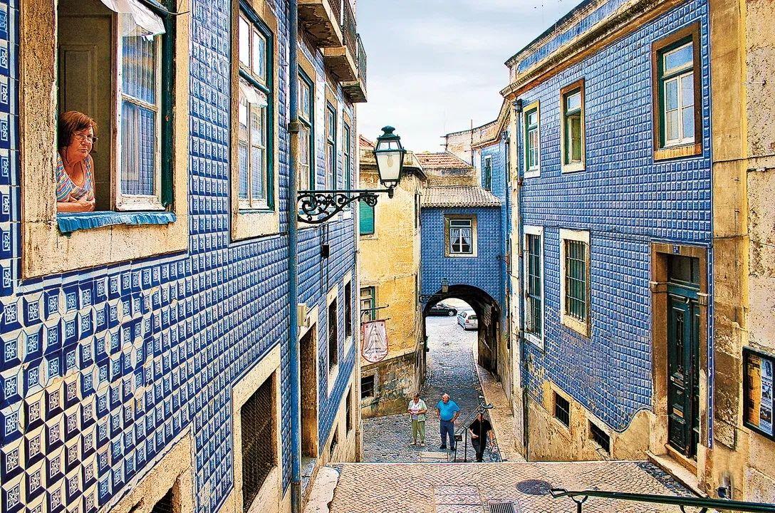 Азулежу- особая португальская плитка, расписанная вручную красками по керамике.