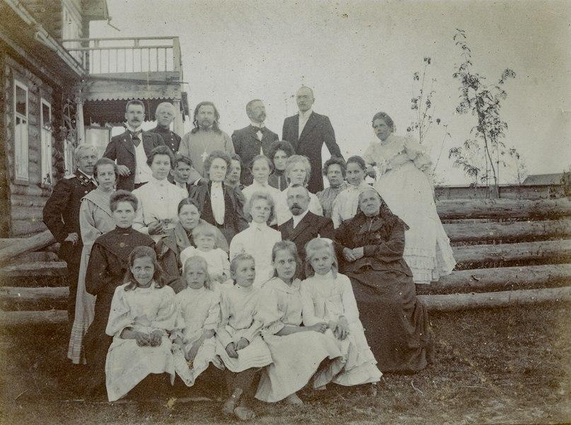 Семья Ешкеливых. 1906 г. Сольвычегодск. Фото из личного архива семьи.