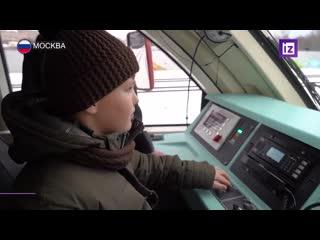 Вице-премьер Виктория Абрамченко устроила для 11-летнего Миши экскурсию в кабину машиниста