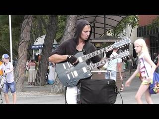 Крутой чувак с двухгрифовой гитарой. Геленджик. Cool dude with a double neck guitar. Metallica.